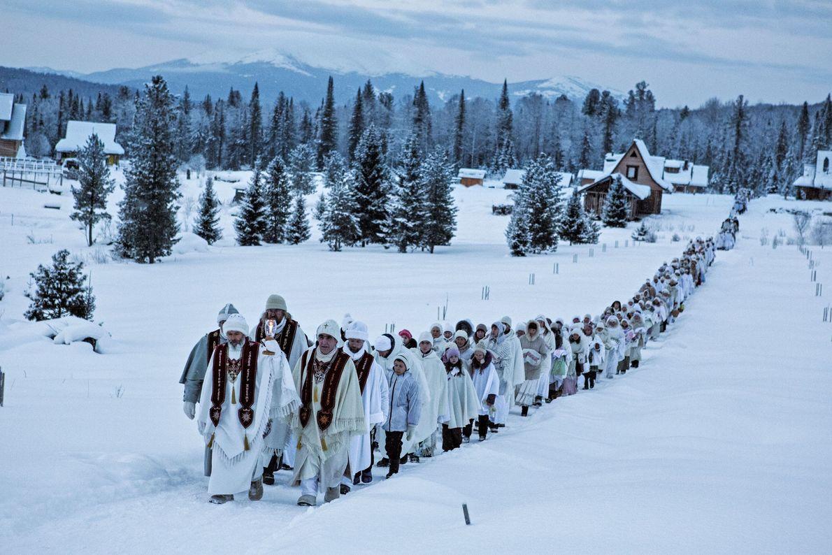 Crentes do Cristo da Sibéria, em Cheremshanka, a caminho de um sermão numa montanha perto da ...