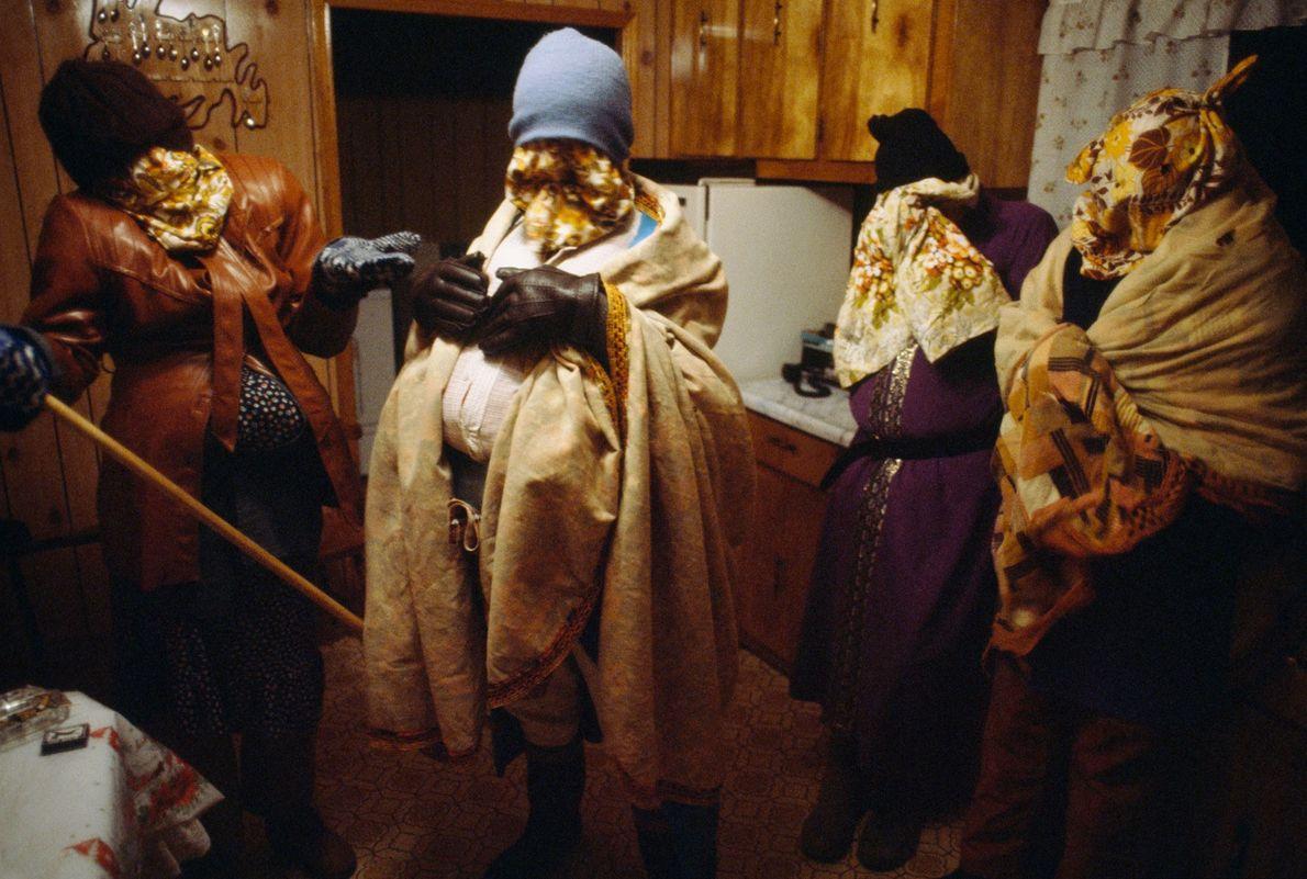 Em 1984, sob camadas de roupa, cobertores e chapéus, os habitantes de Terra Nova andavam disfarçados ...