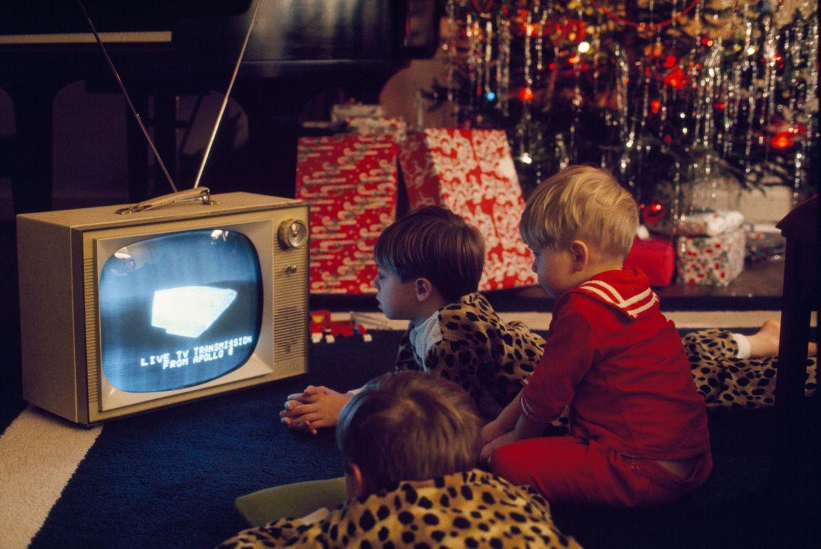 Crianças americanas fascinadas com a transmissão em direto dos astronautas da Apollo 8 em 1968. Durante ...