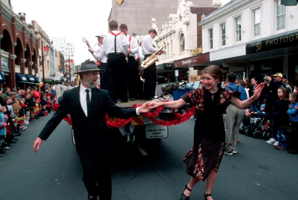 Uma dupla de dançarinos durante o cortejo de Natal de 2001, em Hobart, na Tasmânia.