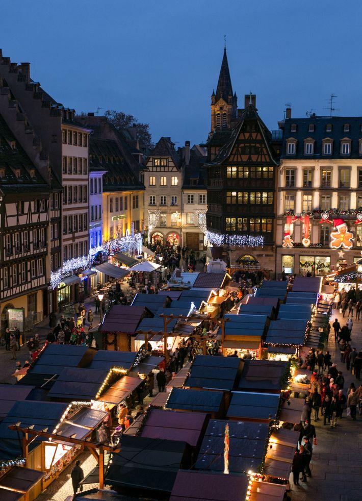 O mercado de Estrasburgo ilumina a Place de la Cathédrale.