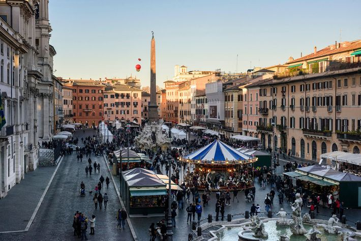 Em Roma, o mercado de Natal cobre a Piazza Navona.