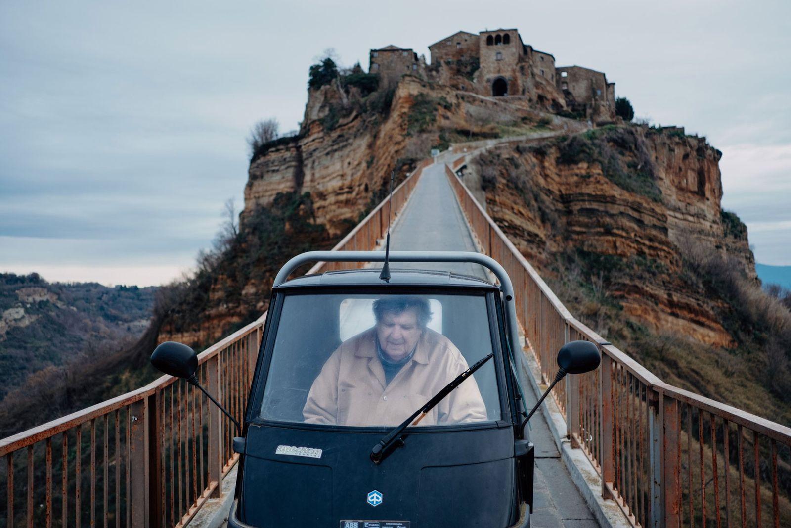 Tony Costa Heywood, um dos 7 habitantes que restam em Civita, atravessa a ponte pedonal todas ...