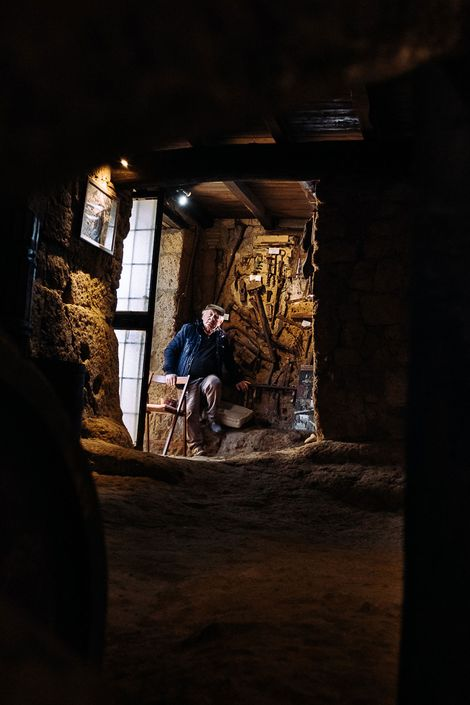 Felice Rocchi, habitante de Civita, espera por turistas no seu museu improvisado. A sala está cheia ...