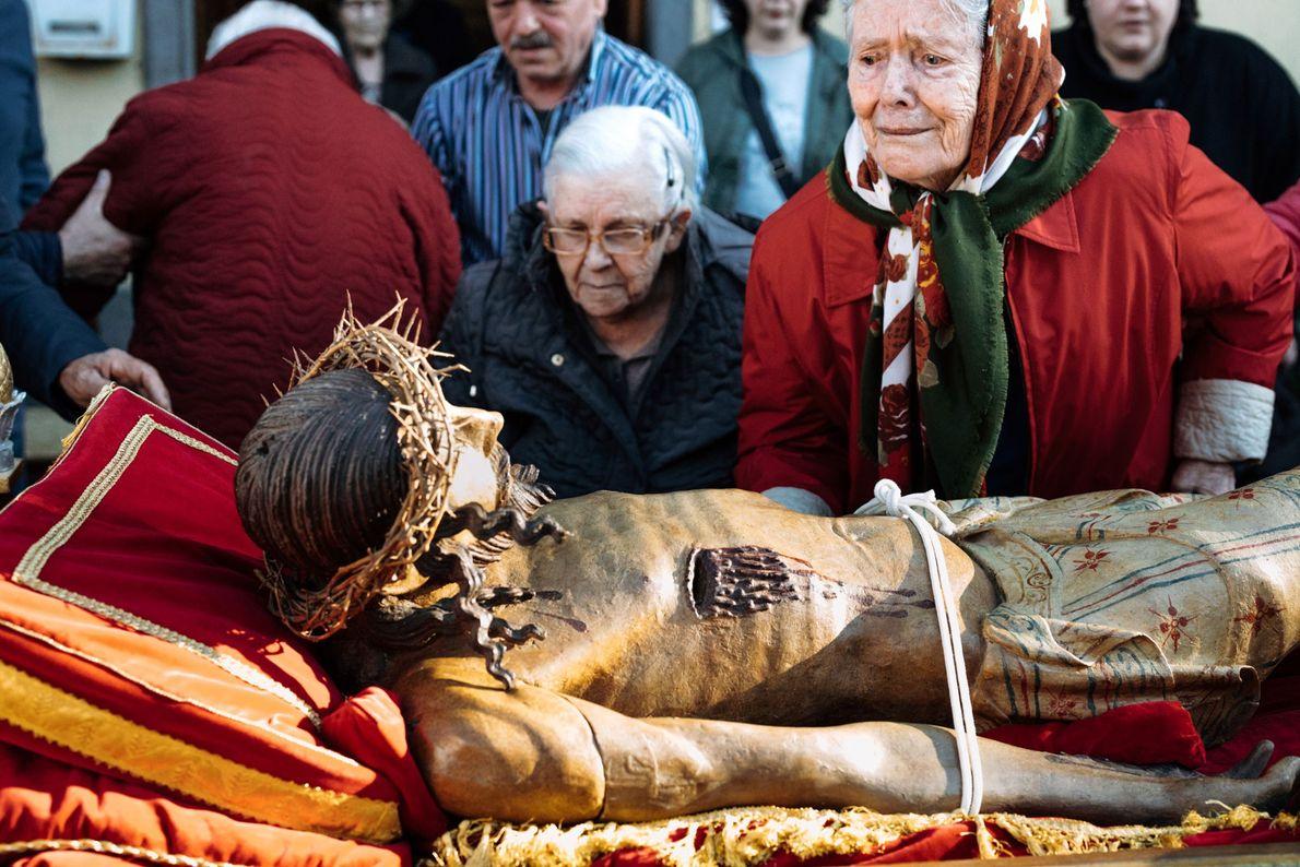 Tradicionalmente, a procissão de Sexta-Feira Santa passa por um lar de idosos em Bagnoregio, onde os ...