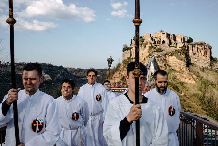 Civita e Bagnoregio comemoram a Sexta-Feira Santa há 400 anos com uma procissão que exibe a ...