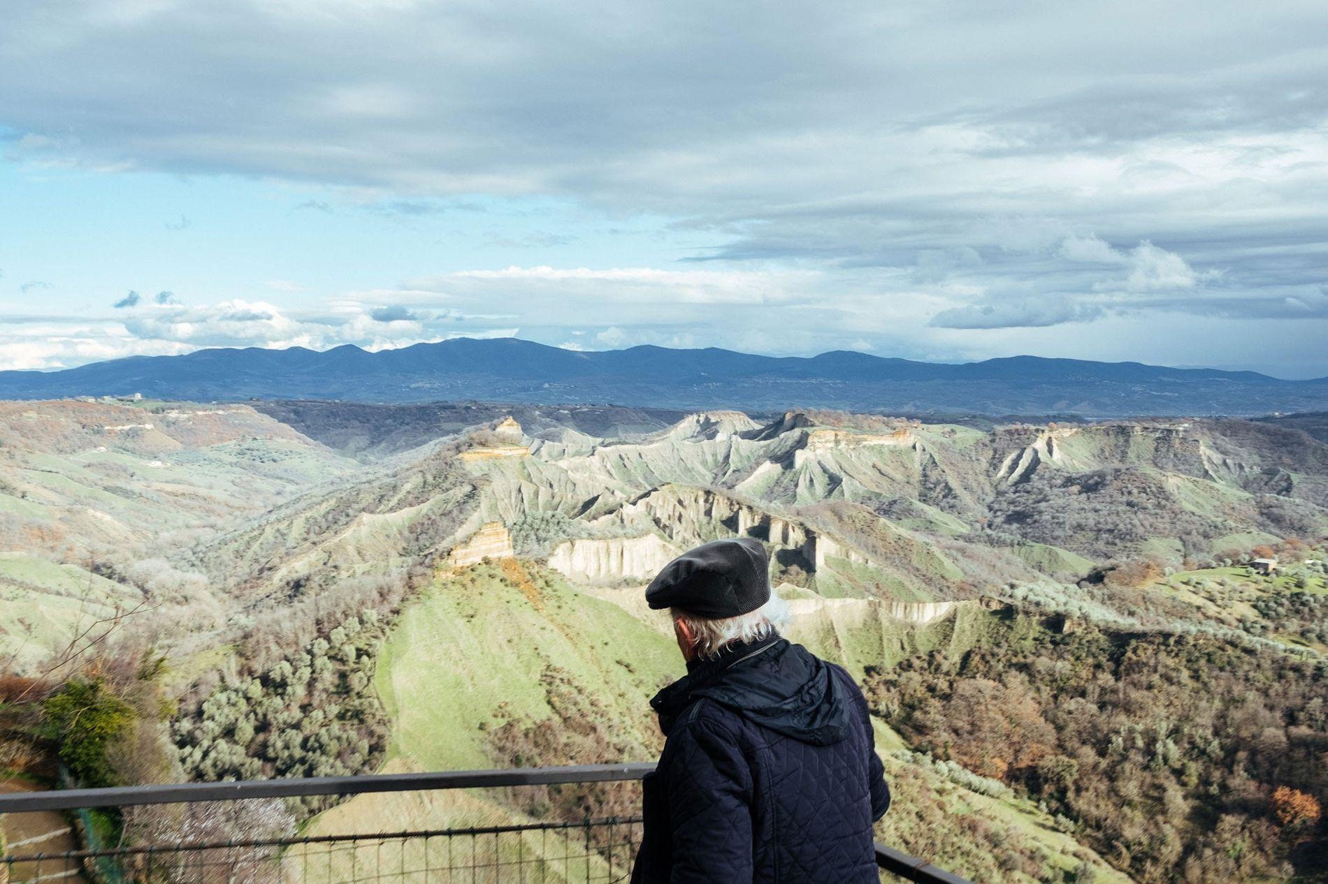 Da sua varanda, Rocchi observa o vale em torno de Civita. Rocchi conhece todos os recantos, ...