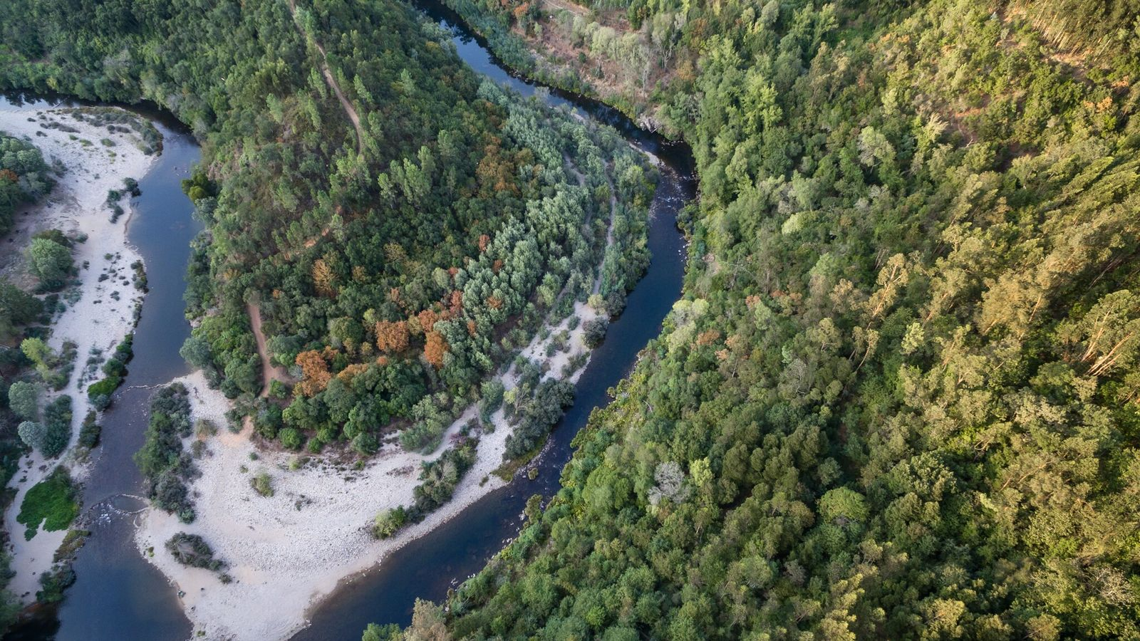 Vista aérea sobre o percurso ondulante do magnífico rio Paiva na zona de Cinfães.