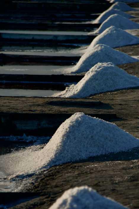 Montes de sal nas salinas de Aveiro durante a altura da safra anual no Verão.