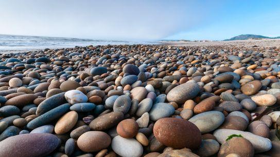 seixos coloridos na zona costeira do litoral de Esposende