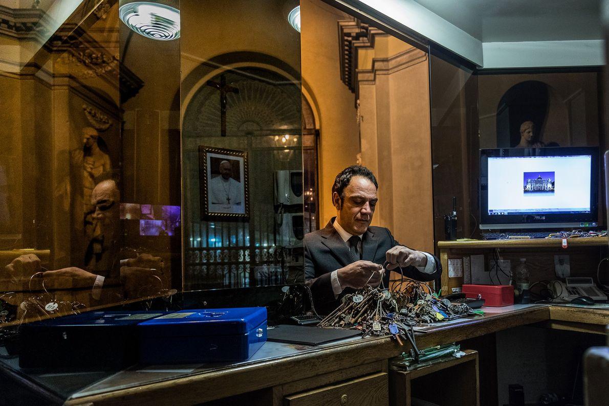 Todas as manhãs, Crea recolhe centenas de chaves guardadas num local subterrâneo seguro, no Vaticano.