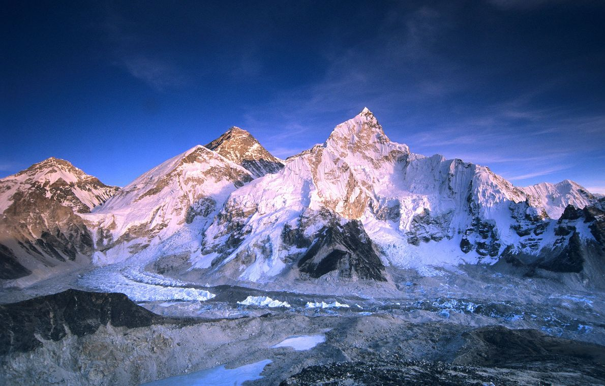 Os alpinistas polacos Leszek Cichy e Krzysztof Wielicki alcançaram o topo do Everest a 17 de ...