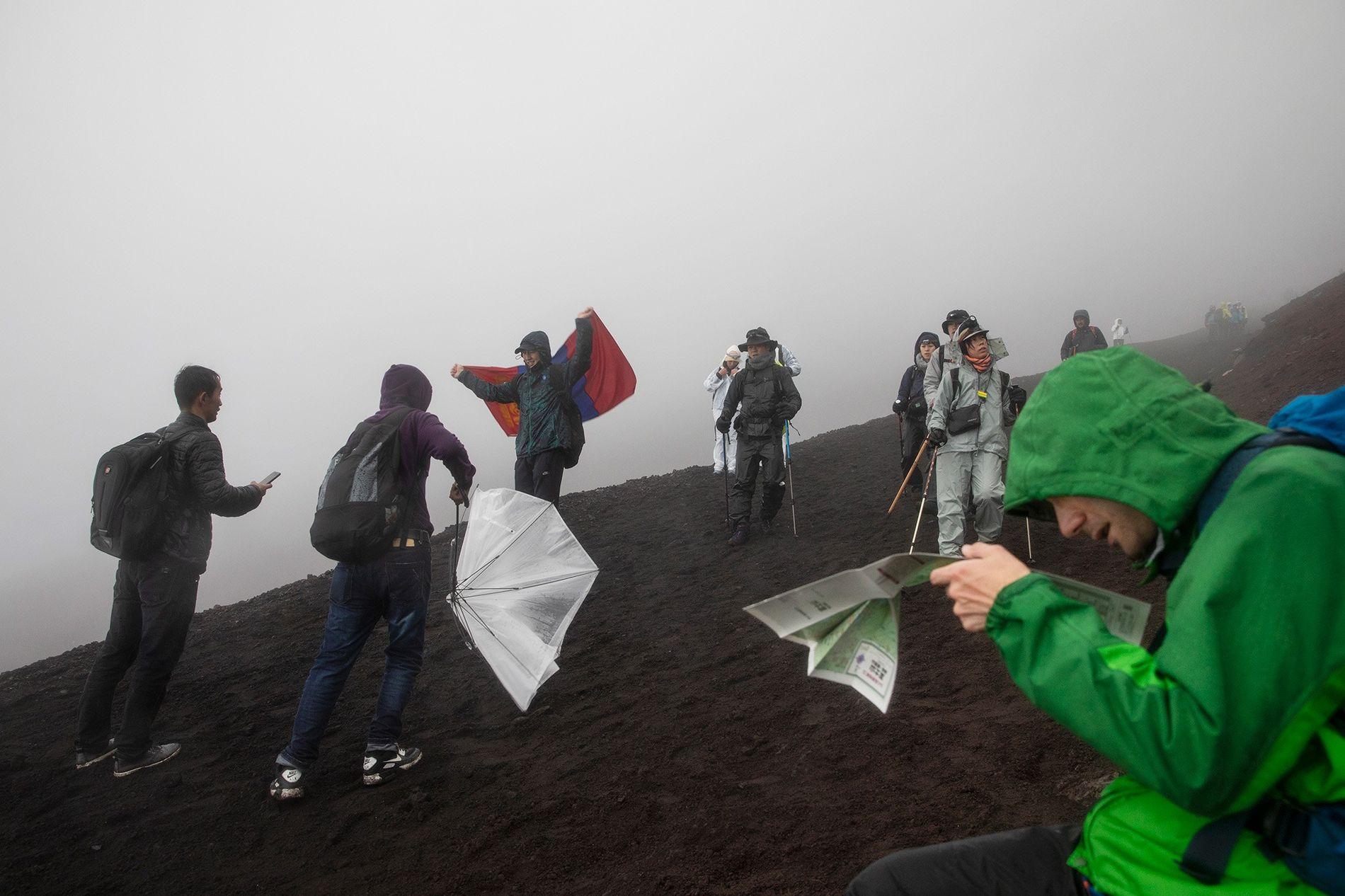 No Japão, um grupo de alpinistas percorre o trilho de Yoshida, no Monte Fuji.