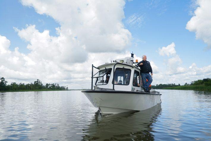 O arqueólogo marinho, James Delgado, examina uma secção do rio Mobile, durante as buscas pelo local ...