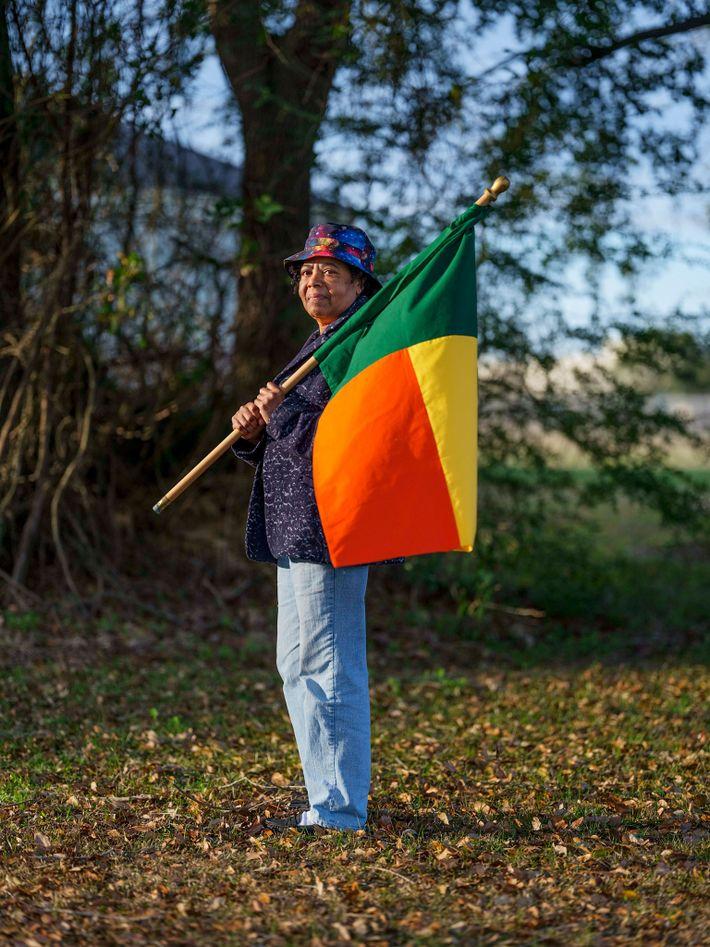 Patricia Frazier com a bandeira do Benim, a nação moderna que foi governada pelo reino de ...