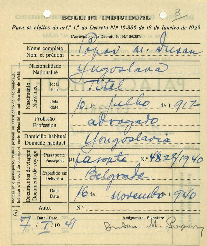 Um dos boletins do Palácio Hotel, no Estoril, onde se pode ler a profissão de Dusko Popov ...