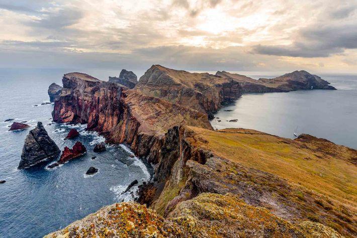 Na extremidade oriental da ilha da Madeira, a Ponta de São Lourenço sobressai no Atlântico com ...
