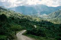 Abrigadas por uma nebulosidade saturada, as montanhas Rwenzori  foram buscar o seu nome a um termo ...