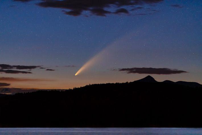 Longe das luzes da cidade de New Hampshire, o cometa NEOWISE deu um espetáculo no dia ...