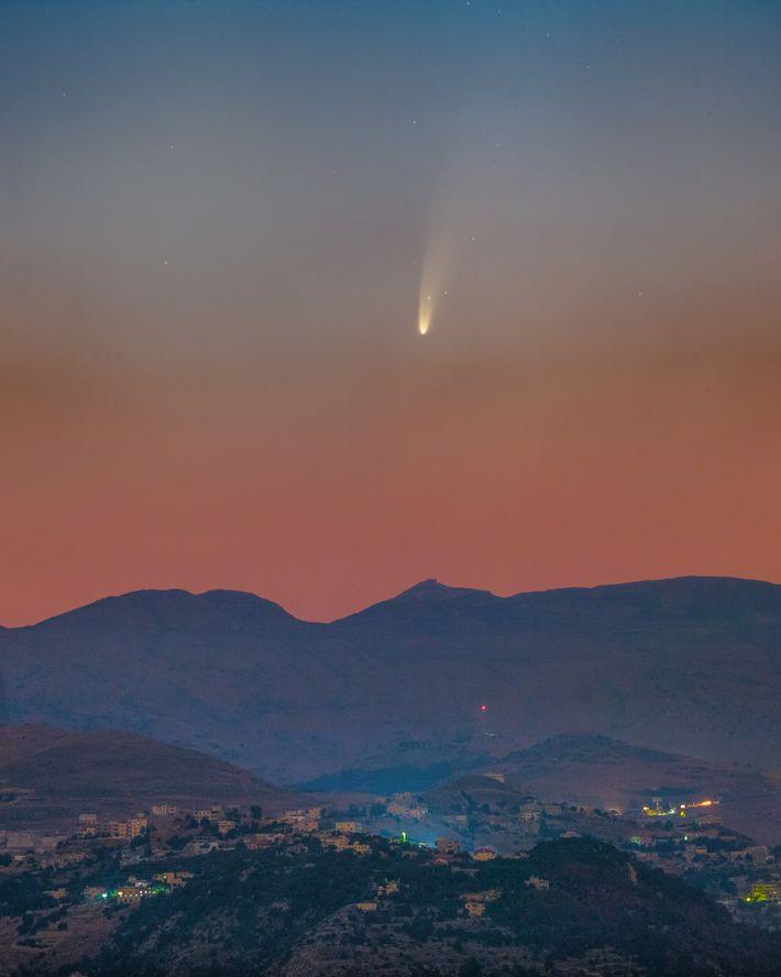 O cometa NEOWISE fotografado nos céus do Líbano, numa imagem composta por fotografias tiradas no dia ...