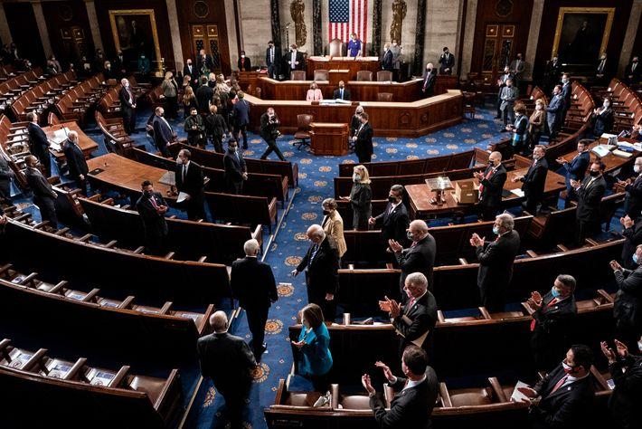 A chegada do vice-presidente dos EUA, Mike Pence, para presidir à sessão conjunta do Congresso para ...