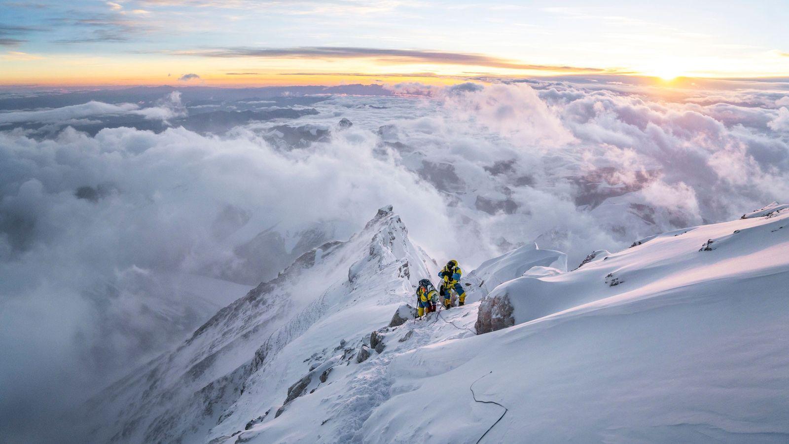 Dois alpinistas alcançam a terceira etapa da rota comum da cordilheira norte, no Evereste, à cota ...