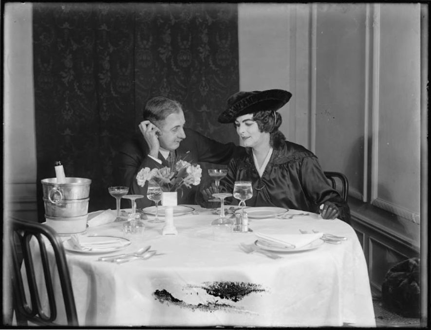 Postais, viagens românticas ou jantares são planos comuns atualmente para celebrar este dia.