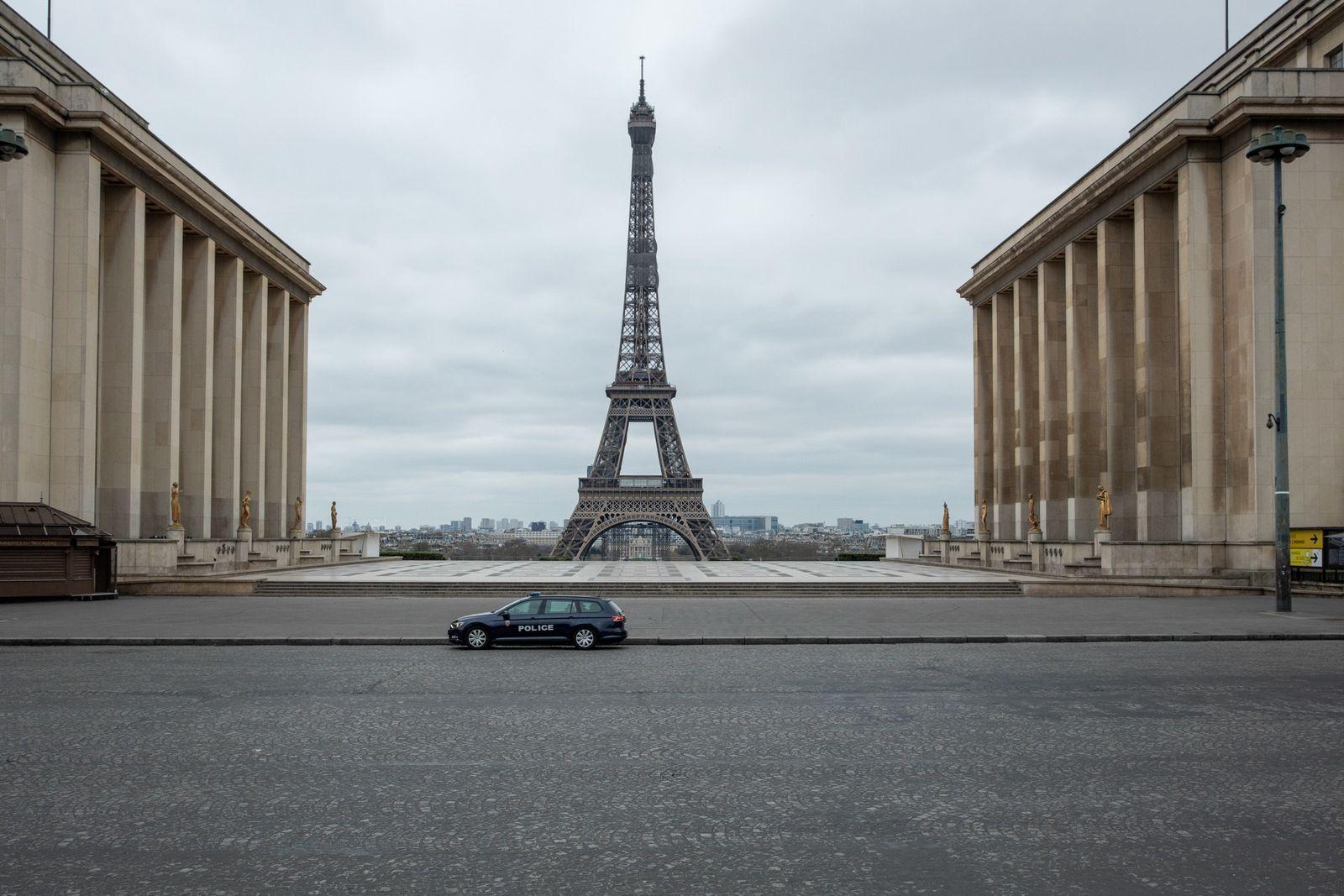 Um carro da polícia solitário mantém o bloqueio na Place du Trocadero. Do outro lado do ...