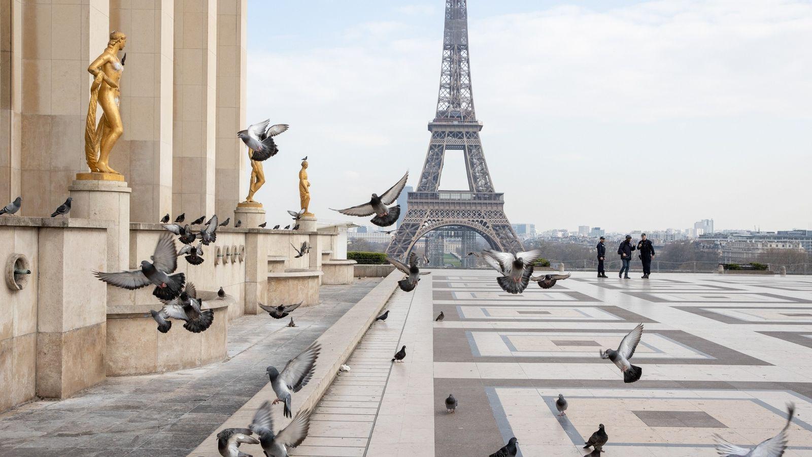 A polícia patrulhava a praça deserta do Trocadero no dia 17 de março, o primeiro dia ...