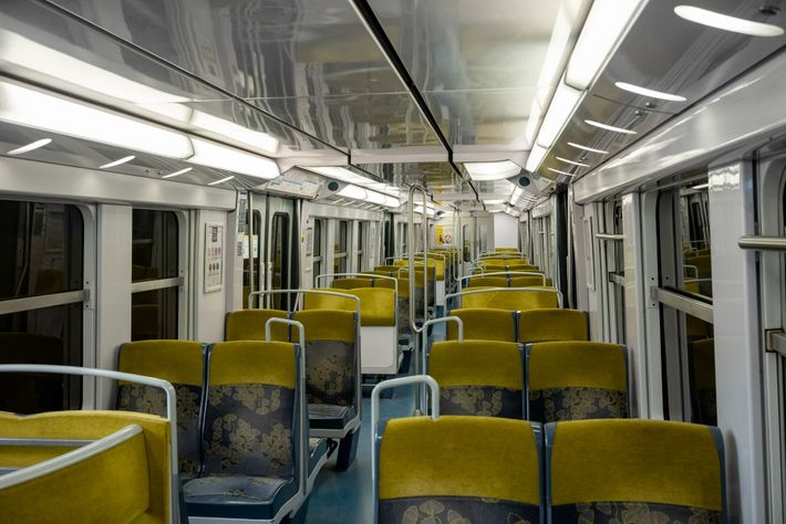 Com o cancelamento de voos no mundo inteiro, o comboio entre o centro de Paris e ...