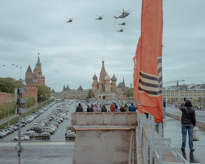 Helicópteros militares sobrevoam a Praça Vermelha de Moscovo no Dia da Vitória para comemorar a rendição ...
