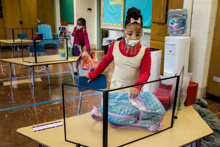 Alunos sentam-se nos seus lugares para o primeiro dia de aulas presenciais na Escola de Ensino ...