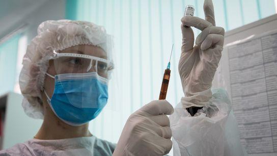 Uma enfermeira prepara a vacina Gam-COVID-Vac (Sputnik V) contra a COVID-19 na Clínica Ambulatória Nº 7 ...