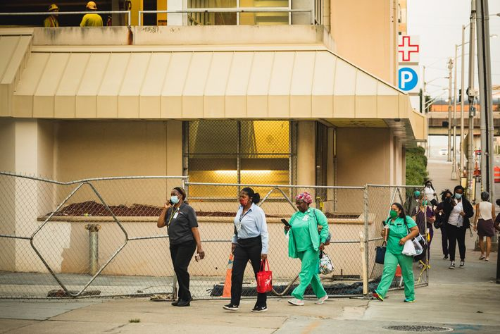 Profissionais de saúde chegam para o seu turno no Hospital Grady Memorial, em Atlanta, na Georgia, ...