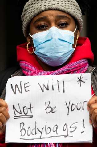 Em abril, a enfermeira Sasha Winslow juntou-se a outros profissionais de saúde para protestar contra as ...