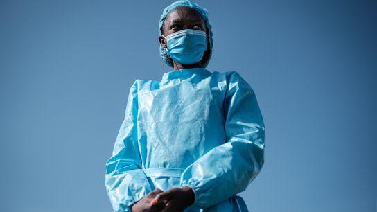Elizabeth Wanjiru, enfermeira da Cruz Vermelha, é apresentada durante uma cerimónia no estádio Kenyatta, em Machakos, ...