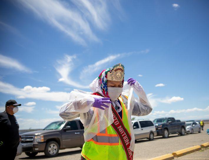 Shaandiin Parrish, a atual Miss Nação Navajo, prepara-se para distribuir comida, água e outros mantimentos em ...