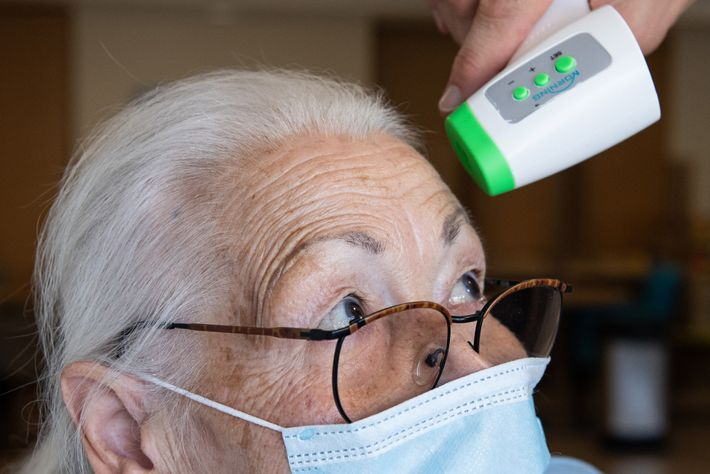 Jenny Nelle, residente de um centro de idosos da AWO, em Kassel, na Alemanha, mede a ...