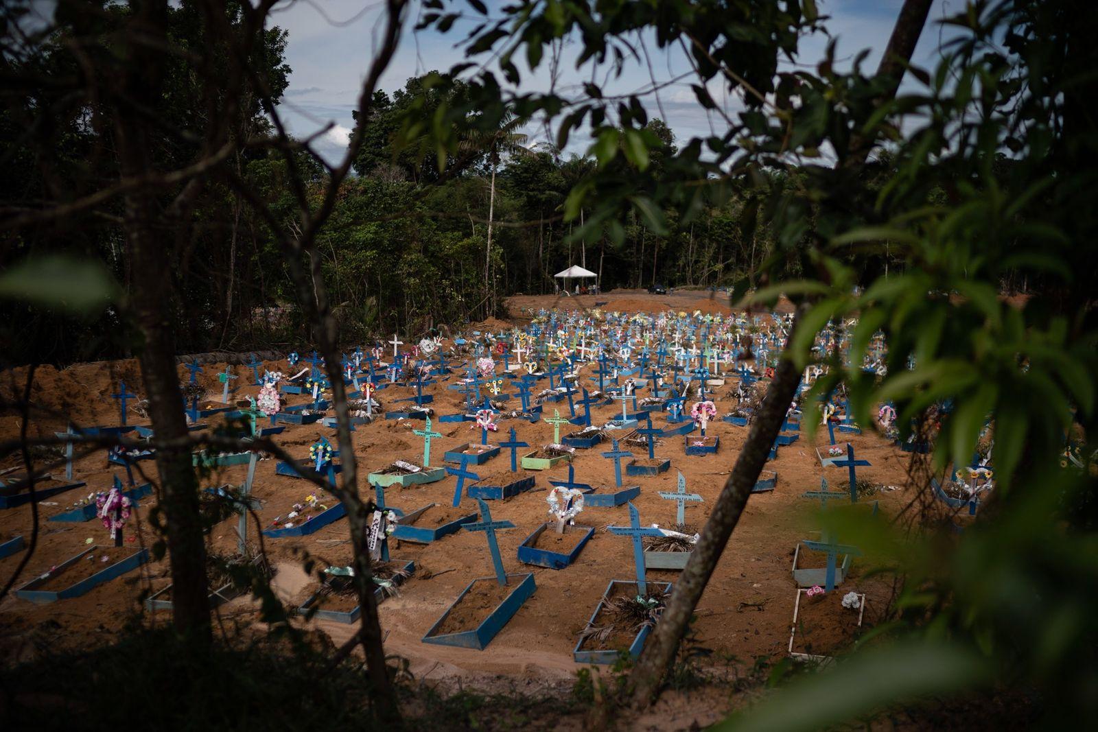 Sepulturas de vítimas de COVID-19 preenchem a nova secção do cemitério de Nossa Senhora Aparecida, em ...