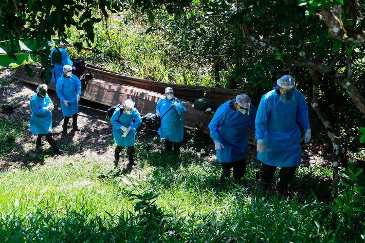 Uma equipa médica das Forças Armadas do Brasil chega à aldeia indígena de Cruzeirinho, no rio ...
