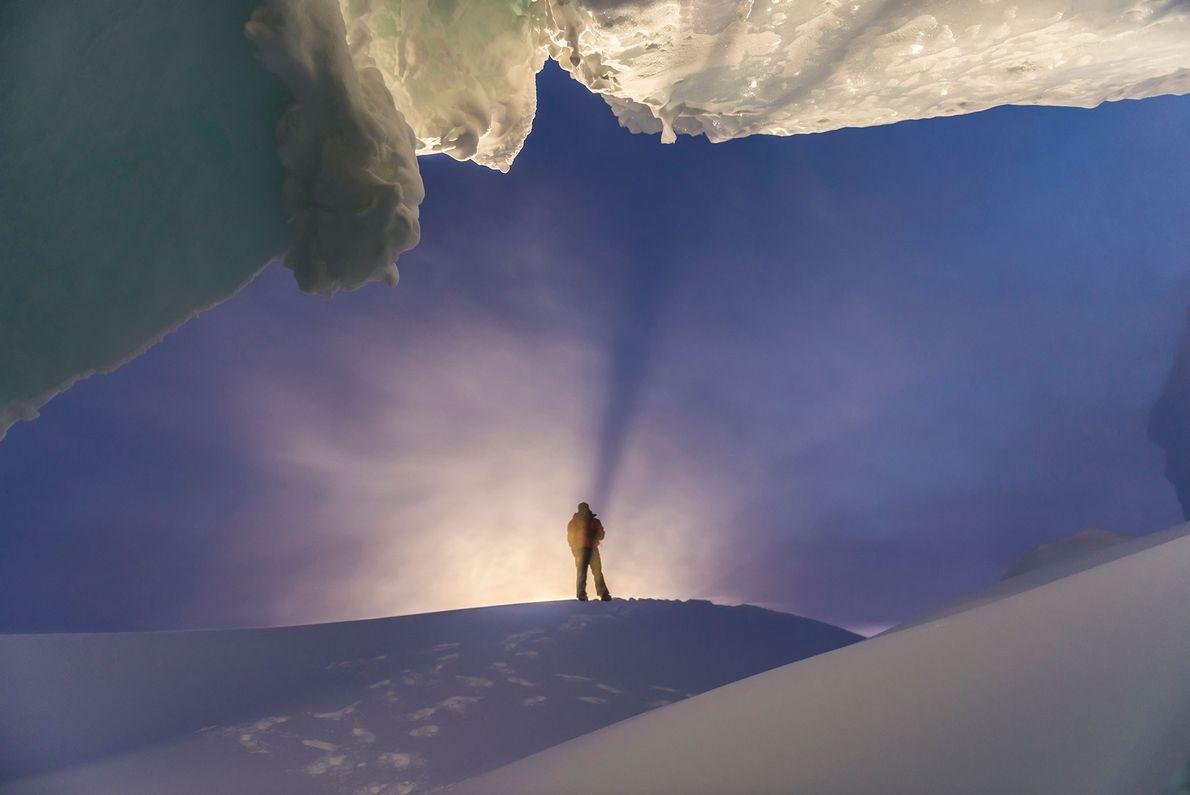 Caverna de gelo durante uma visita de inverno à Antártida