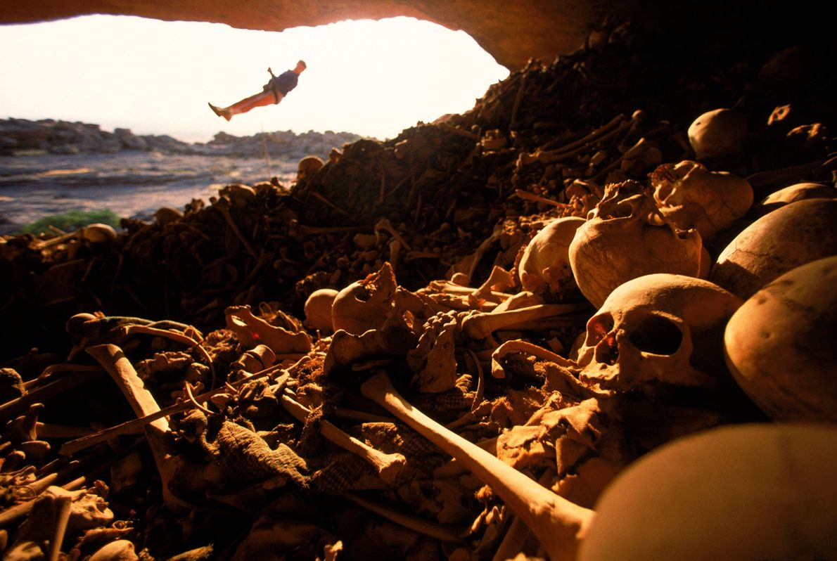 Câmara funerária cheia de ossos, no Mali