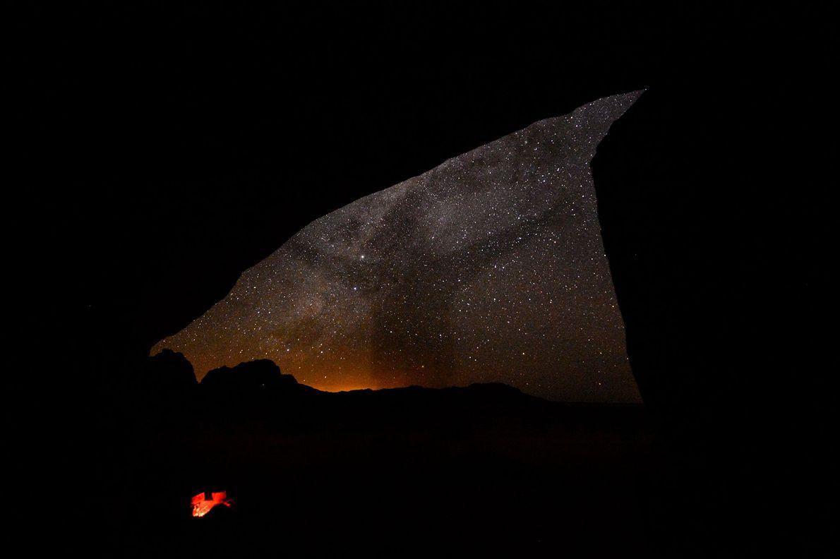 A sombra de uma pessoa escurece o céu estrelado da Namíbia