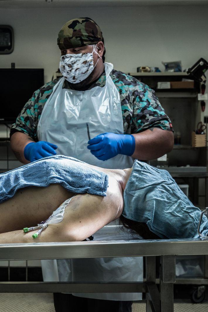 """Joseph """"G.I. Joe"""" Gonzalez, antigo fuzileiro naval dos EUA e técnico de autópsias, na empresa 1-800-AUTOPSY ..."""