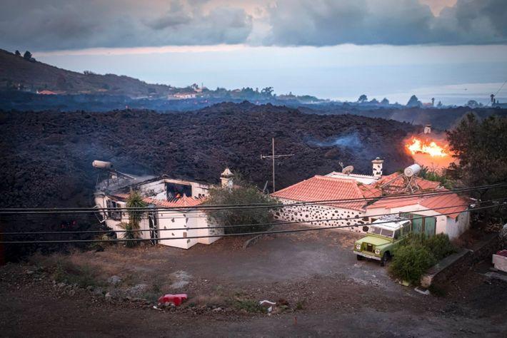 Milhares de pessoas foram evacuadas e pelo menos 20 casas foram destruídas pela erupção que no ...