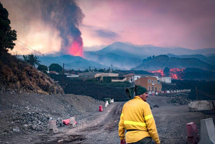 A erupção mais recente foi precedida por vários sismos. A monitorização cuidadosa permitiu às autoridades iniciar ...