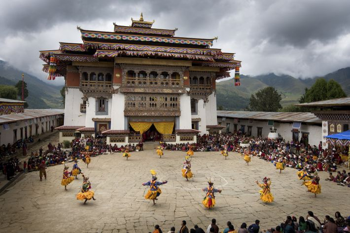Bailarinos com trajes tradicionais Domkhar Tshechu no Butão