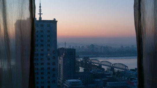 O pôr do sol sobre Dandong, na China
