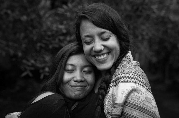 Danielle abraça uma amiga.