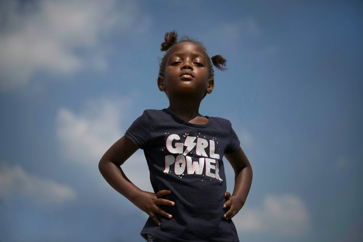 """Menina com uma tshirt que diz """"girl power"""""""
